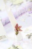 Het purpere decor van de huwelijkslijst Stock Foto's