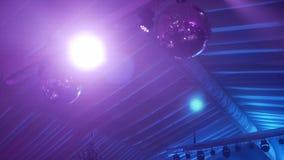 Het purpere grote spiegelbal hangen op bovenkant onder het dak stock video