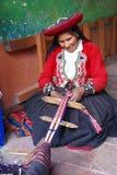 Het Quechua Indische vrouw weven royalty-vrije stock afbeeldingen