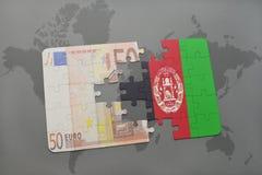 het raadsel met de nationale vlag van Afghanistan en het euro bankbiljet op een wereld brengen achtergrond in kaart Stock Foto