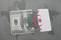het raadsel met de nationale vlag van Algerije en het dollarbankbiljet op een wereld brengen achtergrond in kaart Stock Fotografie
