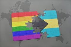 het raadsel met de nationale vlag van de Bahamas en vrolijke regenboogvlag op een wereld brengt achtergrond in kaart Stock Fotografie