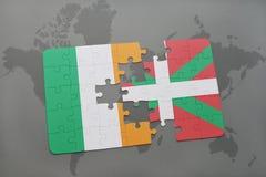 het raadsel met de nationale vlag van het Baskische land van Ierland en op een wereld brengt achtergrond in kaart Royalty-vrije Stock Foto