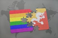 het raadsel met de nationale vlag van bhutan en vrolijke regenboogvlag op een wereld brengt achtergrond in kaart Stock Fotografie