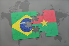 het raadsel met de nationale vlag van Brazilië en Burkina Faso op een wereld brengen achtergrond in kaart Royalty-vrije Stock Afbeelding