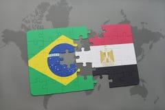 het raadsel met de nationale vlag van Brazilië en Egypte op een wereld brengen achtergrond in kaart Royalty-vrije Stock Fotografie
