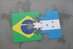 het raadsel met de nationale vlag van Brazilië en Honduras op een wereld brengen achtergrond in kaart Stock Foto