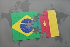 het raadsel met de nationale vlag van Brazilië en Kameroen op een wereld brengen achtergrond in kaart Stock Afbeeldingen