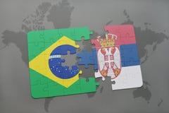 het raadsel met de nationale vlag van Brazilië en Servië op een wereld brengen achtergrond in kaart Royalty-vrije Stock Foto's