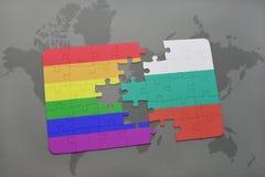 het raadsel met de nationale vlag van Bulgarije en vrolijke regenboogvlag op een wereld brengt achtergrond in kaart Royalty-vrije Stock Foto