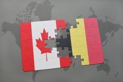 het raadsel met de nationale vlag van Canada en België op een wereld brengen achtergrond in kaart Stock Afbeeldingen