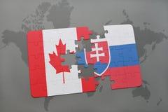 het raadsel met de nationale vlag van Canada en Slowakije op een wereld brengen achtergrond in kaart Stock Foto's