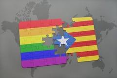 het raadsel met de nationale vlag van Catalonië en vrolijke regenboogvlag op een wereld brengt achtergrond in kaart Royalty-vrije Stock Fotografie