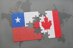 het raadsel met de nationale vlag van Chili en Canada op een wereld brengen achtergrond in kaart Stock Fotografie