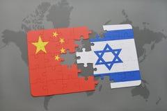 het raadsel met de nationale vlag van China en Israël op een wereld brengen achtergrond in kaart Stock Foto's