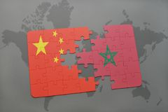 het raadsel met de nationale vlag van China en Marokko op een wereld brengen achtergrond in kaart Stock Afbeelding
