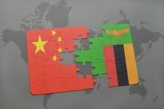 het raadsel met de nationale vlag van China en Zambia op een wereld brengen achtergrond in kaart Stock Foto's