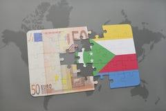 het raadsel met de nationale vlag van de Comoren en het euro bankbiljet op een wereld brengen achtergrond in kaart Stock Afbeeldingen