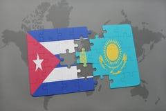 het raadsel met de nationale vlag van Cuba en Kazachstan op een wereld brengen achtergrond in kaart Stock Foto's