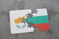 het raadsel met de nationale vlag van Cyprus en Bulgarije op een wereld brengen achtergrond in kaart Stock Foto's