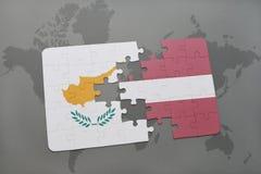 het raadsel met de nationale vlag van Cyprus en Letland op een wereld brengen achtergrond in kaart Stock Afbeeldingen