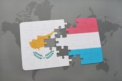 het raadsel met de nationale vlag van Cyprus en Luxemburg op een wereld brengen achtergrond in kaart Royalty-vrije Stock Fotografie