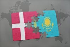 het raadsel met de nationale vlag van Denemarken en Kazachstan op een wereld brengen achtergrond in kaart Stock Afbeelding