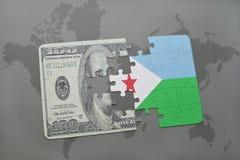 het raadsel met de nationale vlag van Djibouti en het dollarbankbiljet op een wereld brengen achtergrond in kaart Stock Fotografie