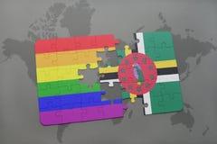 het raadsel met de nationale vlag van dominica en vrolijke regenboogvlag op een wereld brengt achtergrond in kaart Stock Afbeeldingen