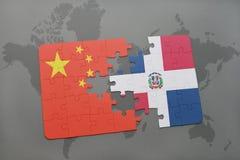het raadsel met de nationale vlag van de Dominicaanse republiek van China en op een wereld brengt achtergrond in kaart Royalty-vrije Stock Foto