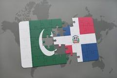 het raadsel met de nationale vlag van de Dominicaanse republiek van Pakistan en op een wereld brengt achtergrond in kaart Stock Fotografie