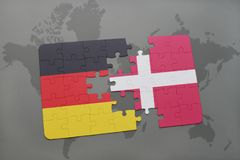 het raadsel met de nationale vlag van Duitsland en Denemarken op een wereld brengen achtergrond in kaart Royalty-vrije Stock Foto