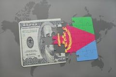 het raadsel met de nationale vlag van Eritrea en het dollarbankbiljet op een wereld brengen achtergrond in kaart Stock Fotografie