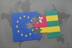 het raadsel met de nationale vlag van Europese Unie en Togo op een wereld brengen achtergrond in kaart Stock Fotografie