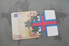 het raadsel met de nationale vlag van de Faeröer en het euro bankbiljet op een wereld brengen achtergrond in kaart Stock Afbeeldingen