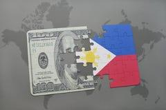 het raadsel met de nationale vlag van Filippijnen en het dollarbankbiljet op een wereld brengen achtergrond in kaart Stock Afbeelding