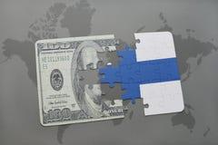 het raadsel met de nationale vlag van Finland en het dollarbankbiljet op een wereld brengen achtergrond in kaart Stock Afbeeldingen