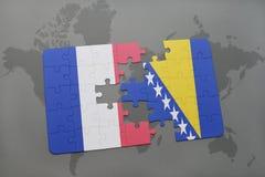 het raadsel met de nationale vlag van Frankrijk en Bosnië-Herzegovina op een wereld brengen achtergrond in kaart Stock Afbeeldingen