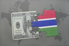 het raadsel met de nationale vlag van Gambia en het dollarbankbiljet op een wereld brengen achtergrond in kaart Stock Afbeelding