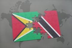 het raadsel met de nationale vlag van Guyana en Trinidad en Tobago op een wereld brengen achtergrond in kaart Stock Foto's