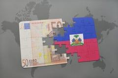 het raadsel met de nationale vlag van Haïti en het euro bankbiljet op een wereld brengen achtergrond in kaart Stock Afbeeldingen