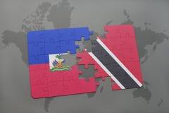 het raadsel met de nationale vlag van Haïti en Trinidad en Tobago op een wereld brengen achtergrond in kaart Stock Foto