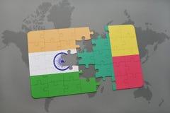 het raadsel met de nationale vlag van India en benin op een wereld brengen achtergrond in kaart Stock Foto's