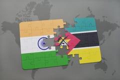 het raadsel met de nationale vlag van India en Mozambique op een wereld brengen achtergrond in kaart Stock Foto