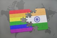 het raadsel met de nationale vlag van India en vrolijke regenboogvlag op een wereld brengt achtergrond in kaart Stock Afbeeldingen