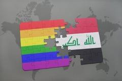 het raadsel met de nationale vlag van Irak en vrolijke regenboogvlag op een wereld brengt achtergrond in kaart Stock Fotografie