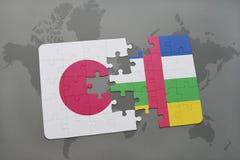 het raadsel met de nationale vlag van Japan en de Centraalafrikaanse Republiek op een wereld brengen achtergrond in kaart Stock Foto