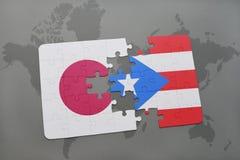 het raadsel met de nationale vlag van Japan en Puerto Rico op een wereld brengen achtergrond in kaart Stock Foto's