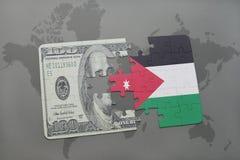 het raadsel met de nationale vlag van Jordanië en het dollarbankbiljet op een wereld brengen achtergrond in kaart Stock Foto