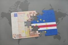 het raadsel met de nationale vlag van Kaapverdië en het euro bankbiljet op een wereld brengen achtergrond in kaart Stock Afbeeldingen